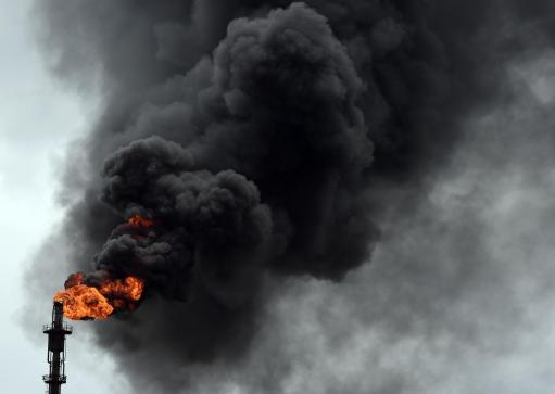 Nigeria smoke-billows-nigeria-oil-refinery.