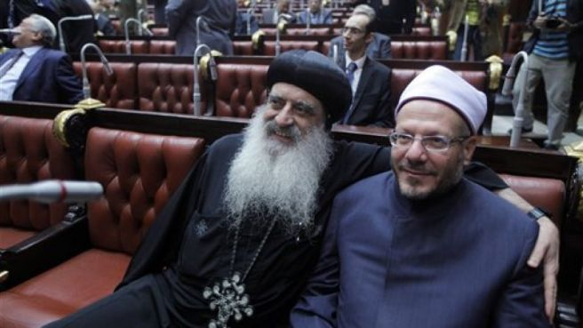 Egypt's Grand Mufti Shawqi Allam, right, and a representative of the Orthodox church Bishop Bola, can be seen in this file photo taken on November 30, 2013. Photo: AP(Archive).